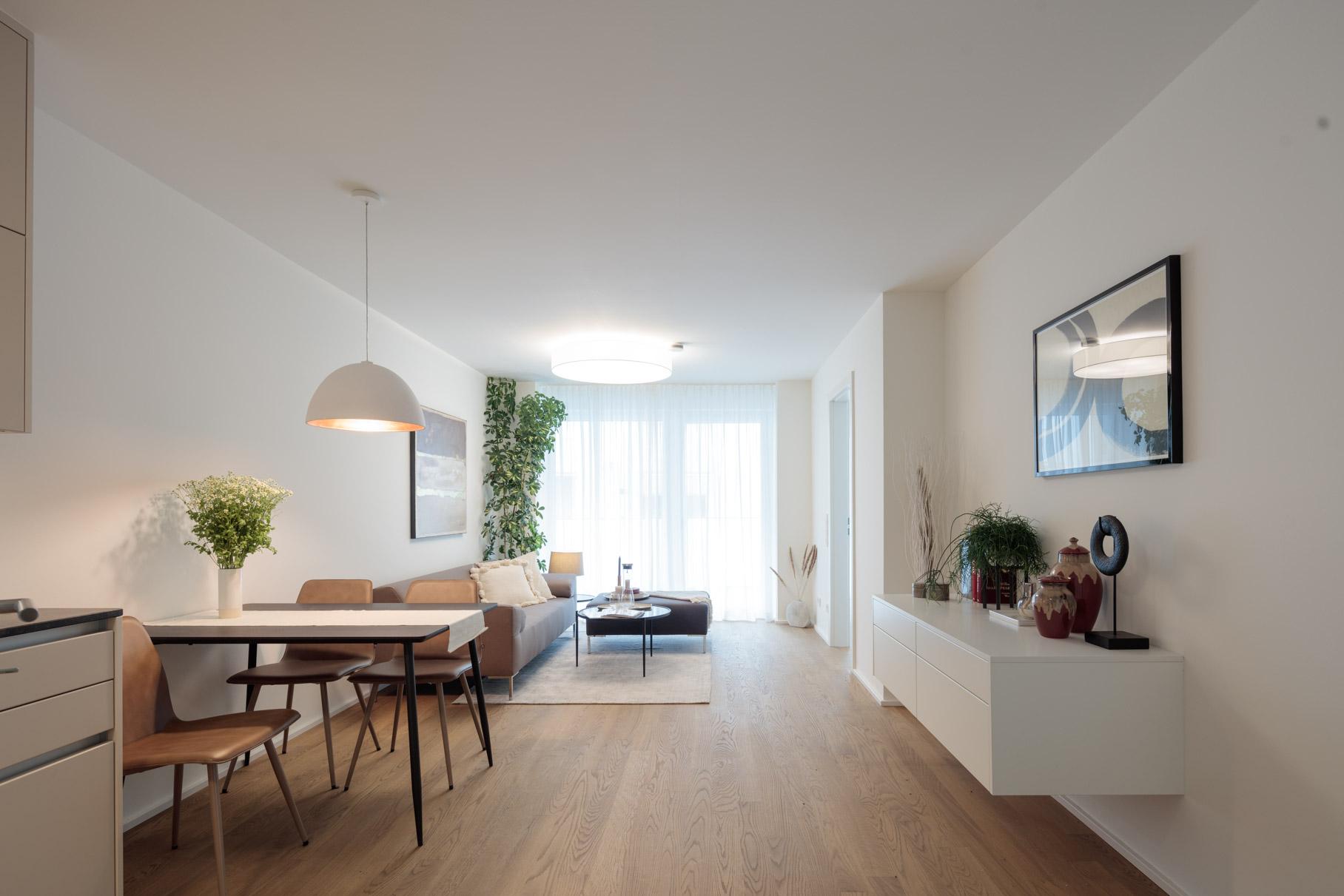 Wohnzimmer mit grauem Sofa