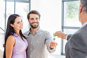 Ehepaar erhält einen Wohnungsschlüssel
