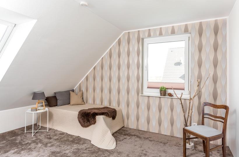 Möbliertes Zimmer im Dachgeschoss