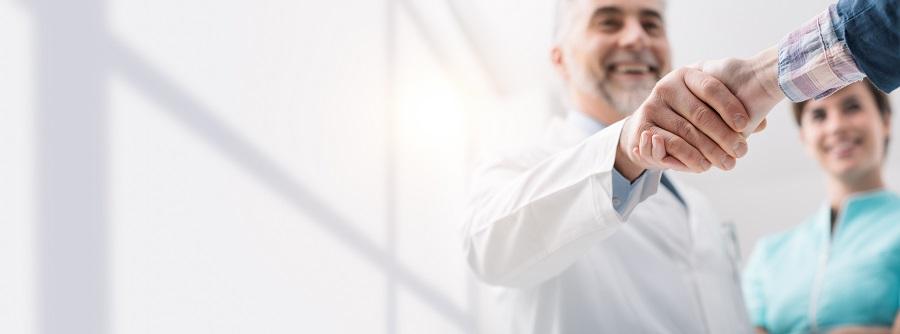 Arzt schüttelt einem Patienten die Hand