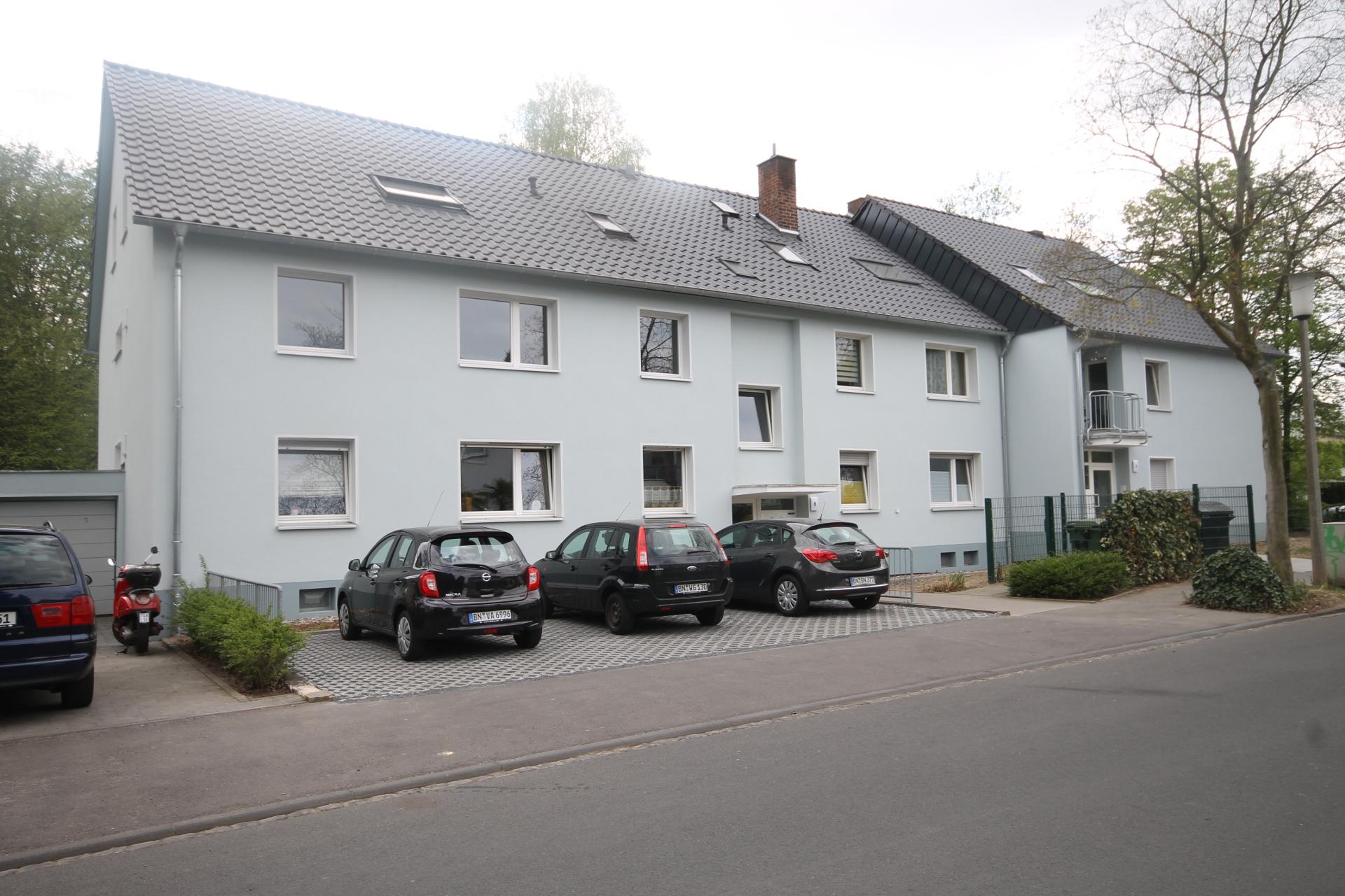 Mehrfamilienhaus mit Parkplätzen in Bonn