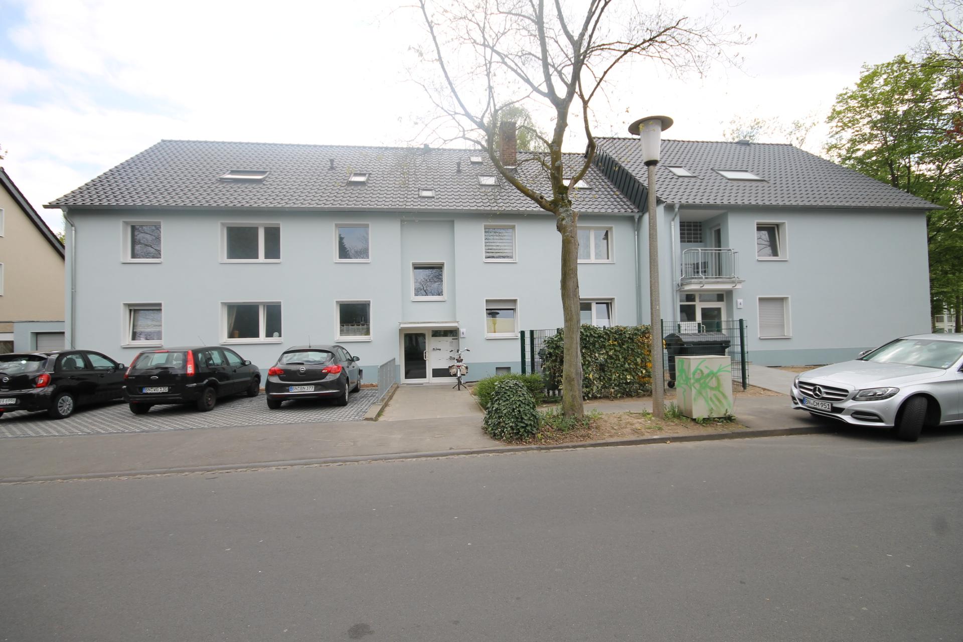 Mehrfamilienhaus frontal mit Parkplätzen in Bonn