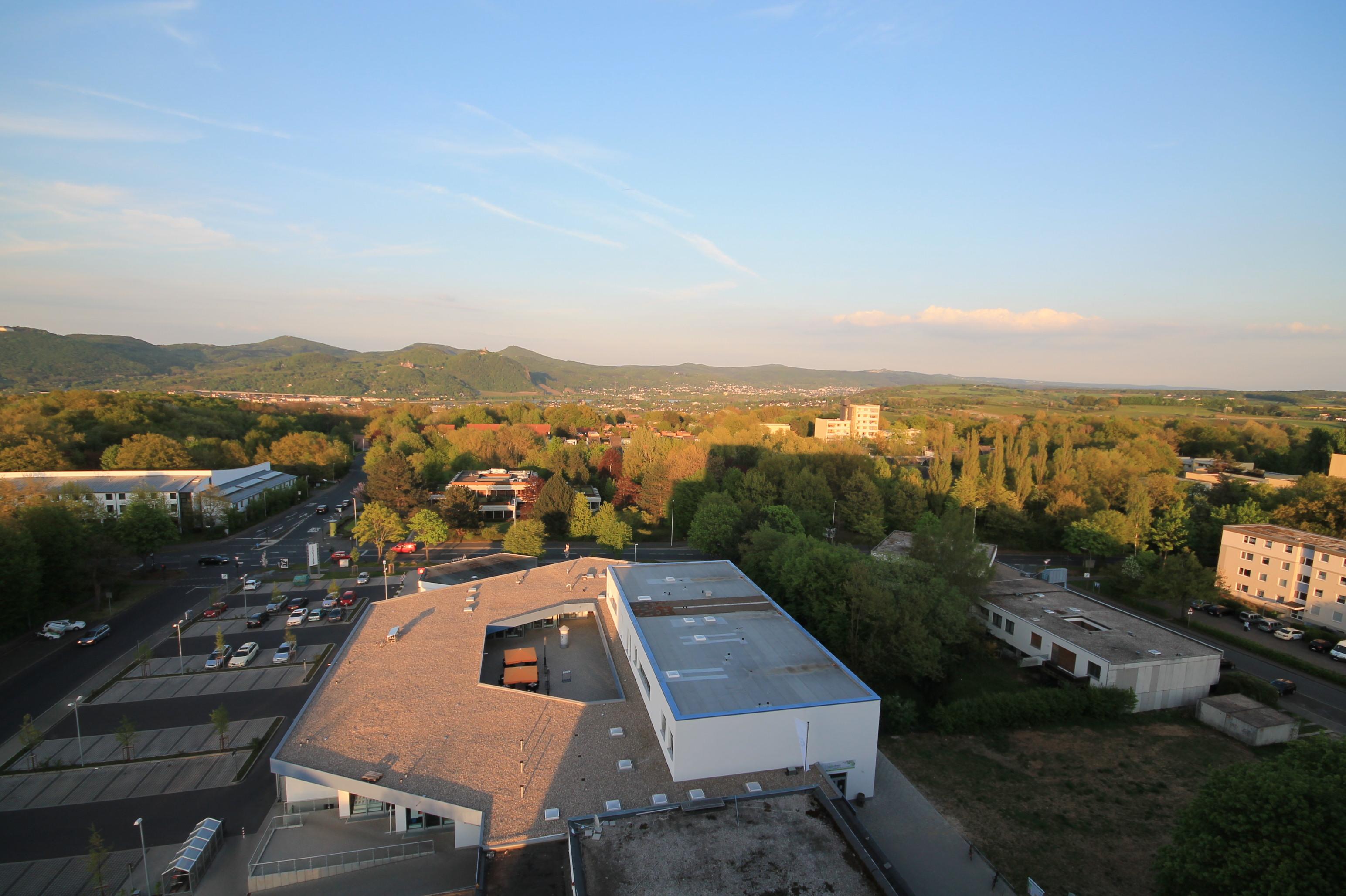 Blick aus Mehrparteienhaus auf Bonn