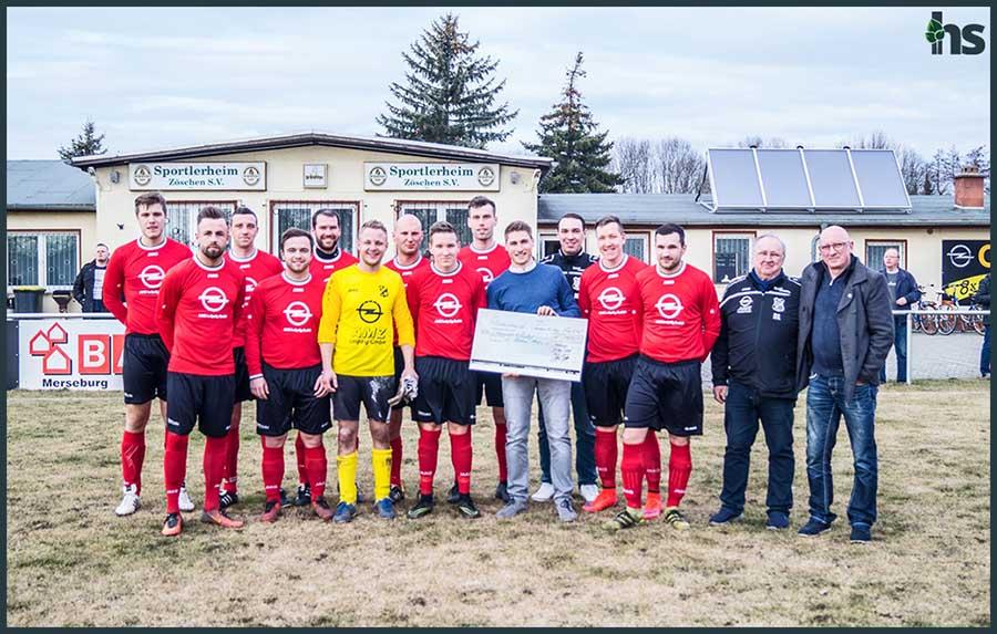 Spendenübergabe an die Fußballer des SV Zöschen