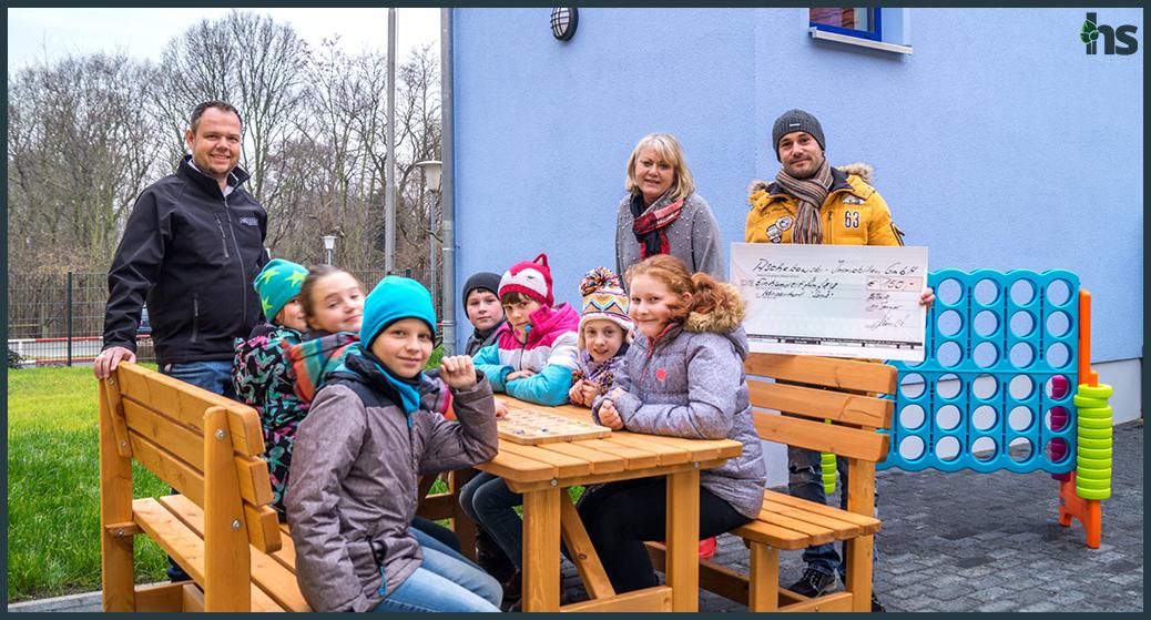 Hagen Herholdt übergibt 150 EUR an den Kinderhort in Raßnitz