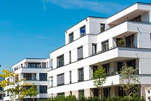 Mehrfamilienhaus mit weißer Fassade