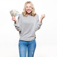 Frau freut sich über Geld