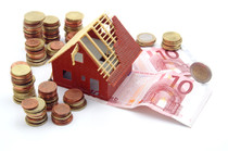 Geld und ein Haus-Modell