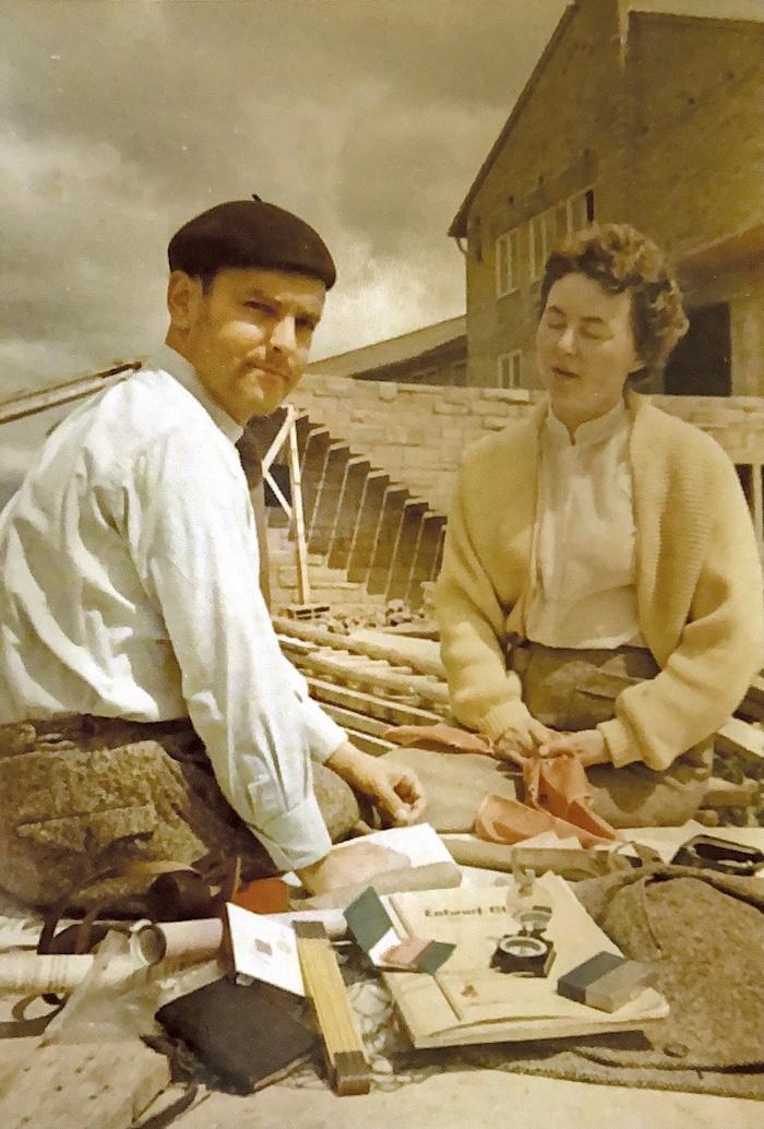 Helmut und Erika Böckler vor einem Schulungszentrum in Baden-Württemberg