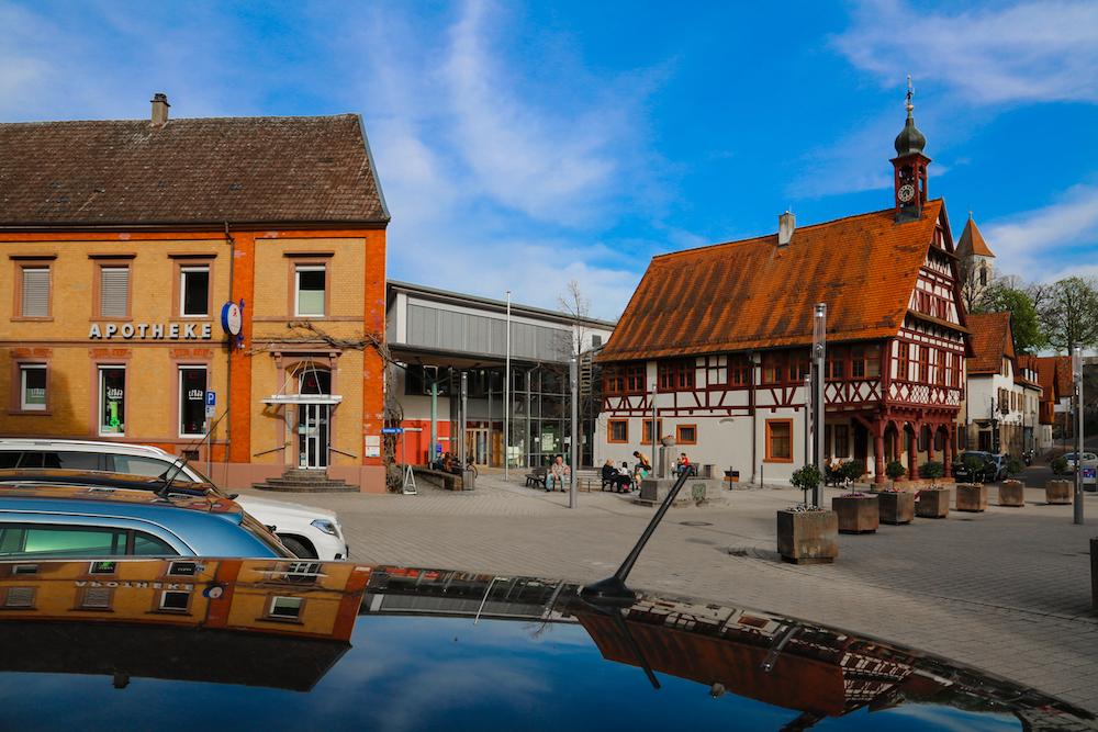 Königsbach Ortszentrum mit Apotkeke und Rathaus