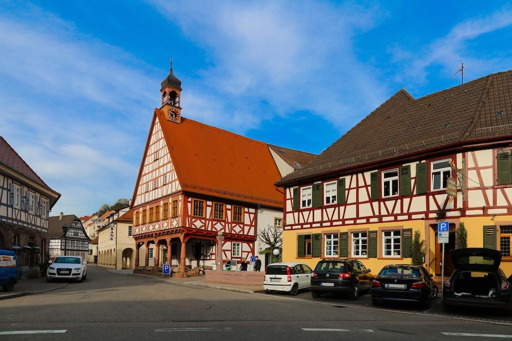 Ortsmitte Königsbach-Stein mit Rathaus