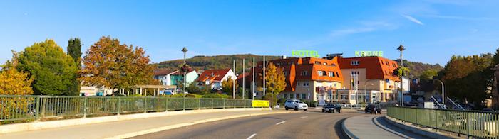 Ortseingang Niefern mit Enzbrücke, Ameliussaal und Hotel Krone