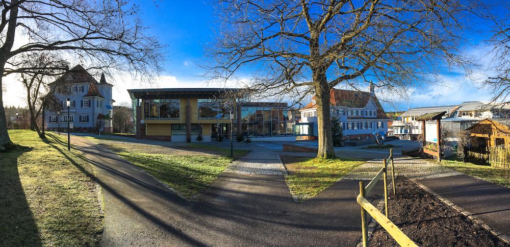 Kurpark mit Rathaus in Schömberg im Nordschwarzwald