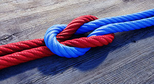 Kreuzknoten mit rotem und blauem Seil