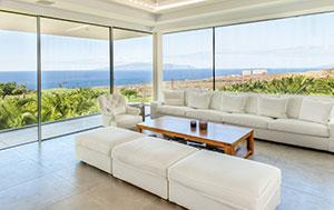 Modernes Wohnzimmer mit Seeblick