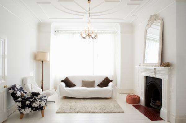 Helles und dekoriertes Wohnzimmer