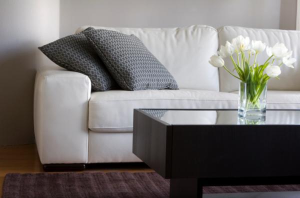 Sofa mit Couchtisch und frischen Blumen