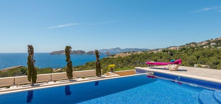 Pool mit Meerblick auf Mallorca