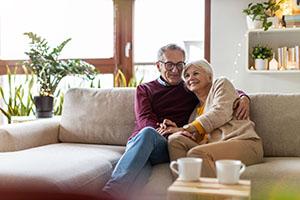 Glückliches Seniorenpaar entspannt auf dem Sofa