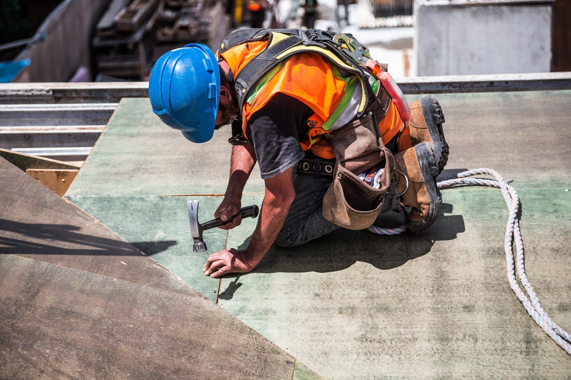 Handwerker auf Hausdach bei der Arbeit