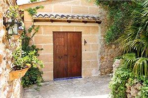 Hauseingang zugewachsen auf Mallorca