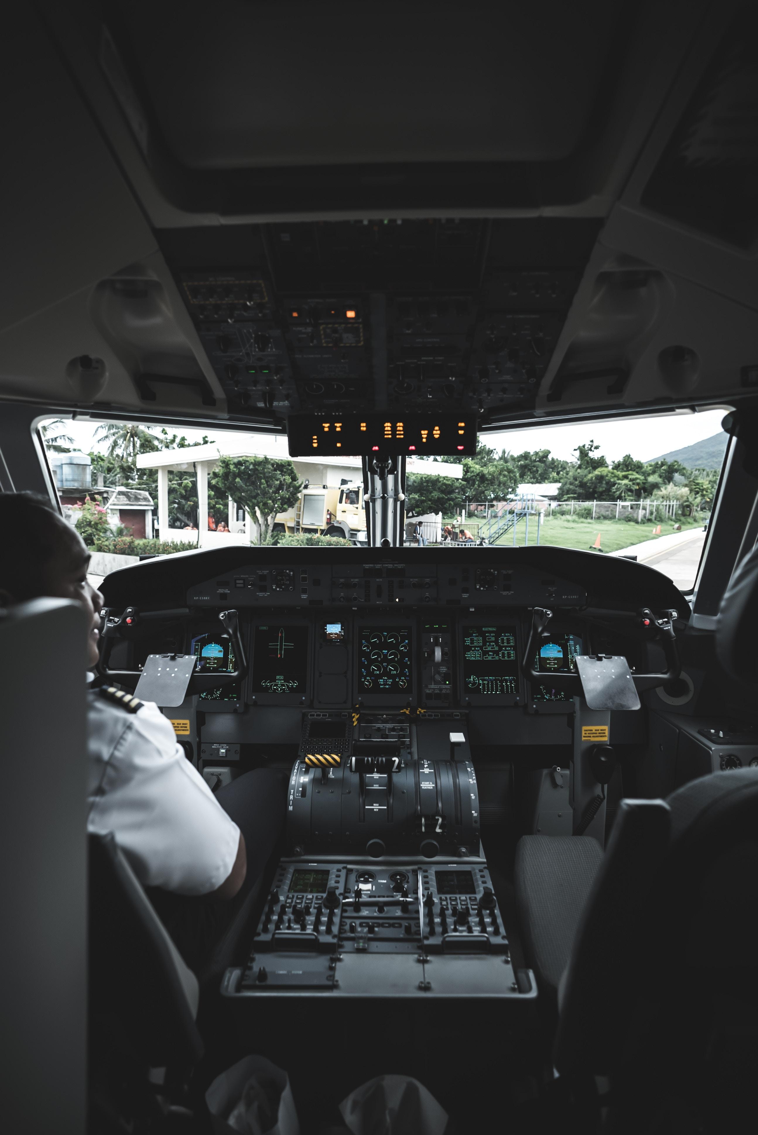 Cockpit eines Flugzeugs von innen