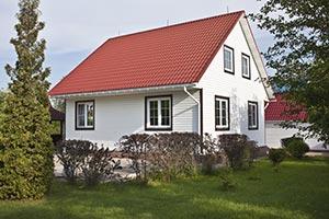 Haus mit weißer Holzfassade
