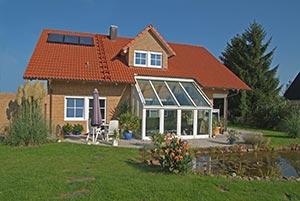 Haus mit Wintergarten und Teich