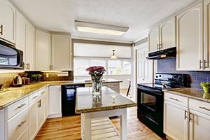 Helle Küche mit Granitarbeitsfläche