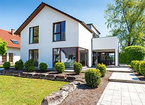 Einfamilienhaus mit vielen Fenstern