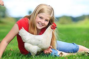 Mädchen mit einem Landhuhn