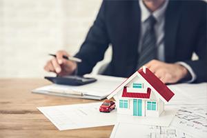 Makler bei der Wertermittlung eines Einfamilienhauses