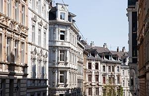 Straße mit Häusern im Jugendstil