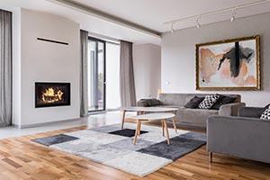 Wohnzimmer mit Sofa und Kamin