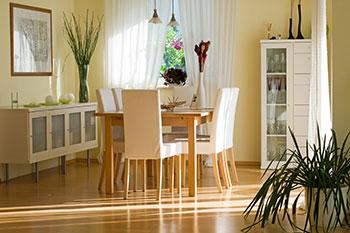 Esszimmer mit Holzmöbeln