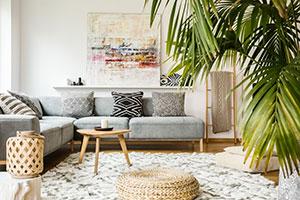 Wohnzimmer mit vielen Pflanzen