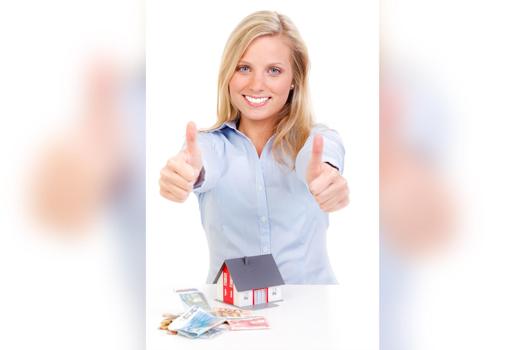 Zufriedene Frau durch Immobilienfinanzierung