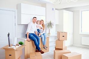 Familie in neuer Wohnung