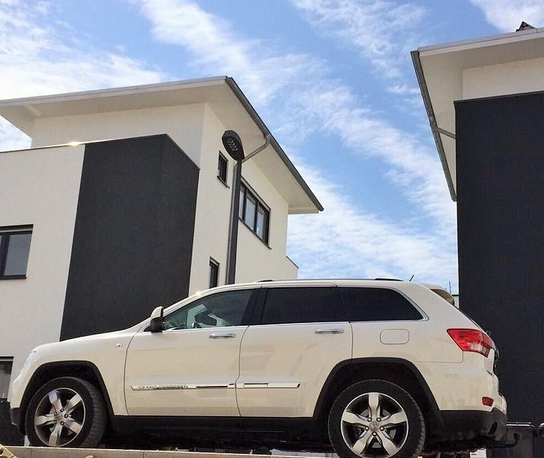 Zwei moderne Einfamilienhäuser