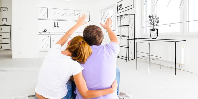 Paar richtet Wohnung ein