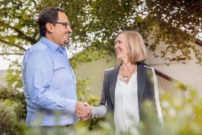 Catarina Lindgren mit Kunden beim Vertragsabschluss