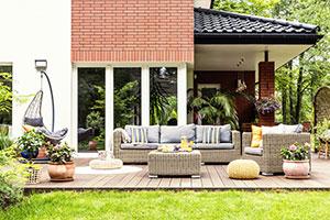 Terrasse mit Möbeln