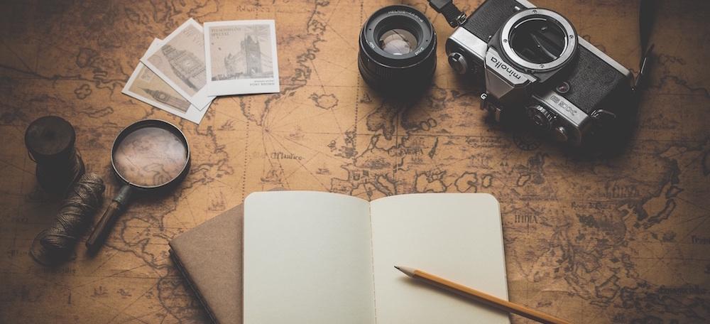 Notizbuch und Kamera auf Karte ausgelegt