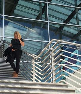 Immobilienmaklerin auf einer Treppe