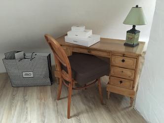 Schreibtisch in Ecke
