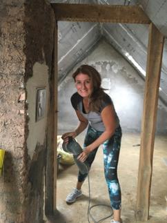 Frau beim renovieren