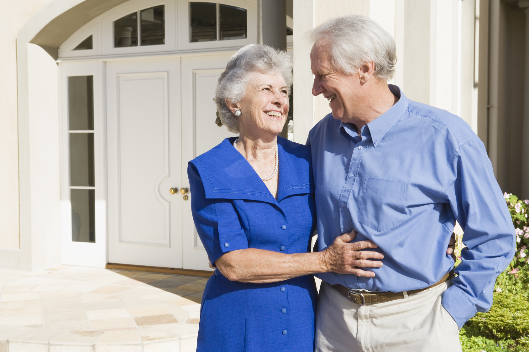 Ehepaar vor einem Haus