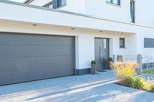 Moderne Hausfassade mit Garagentor
