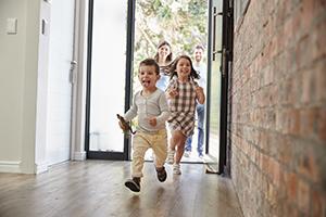Kinder laufen in neues Haus