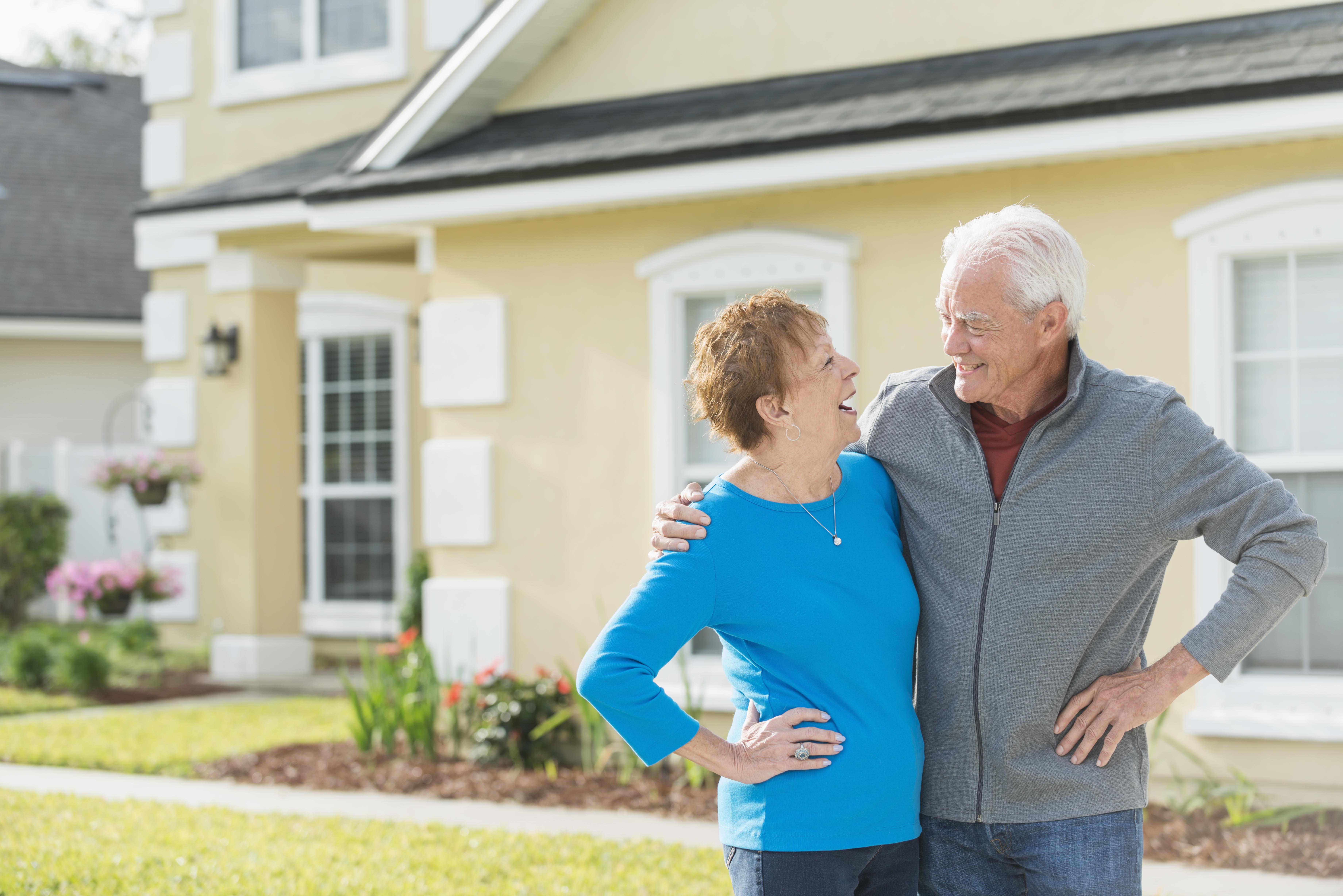 älteres Ehepaar mit Haus